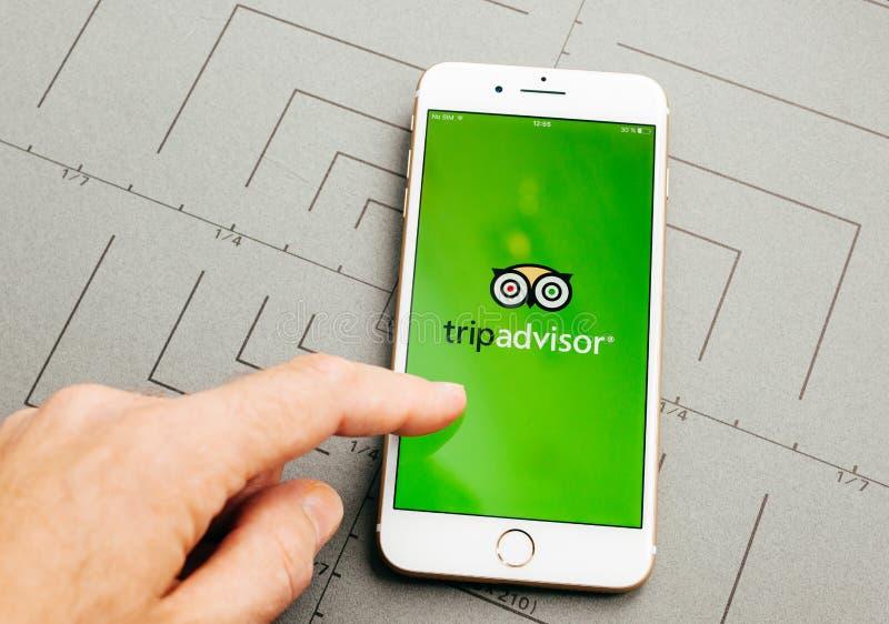 Hotelowej rezerwaci wycieczki advisor na iPhone 7 Plus podaniowa miękka część zdjęcie royalty free
