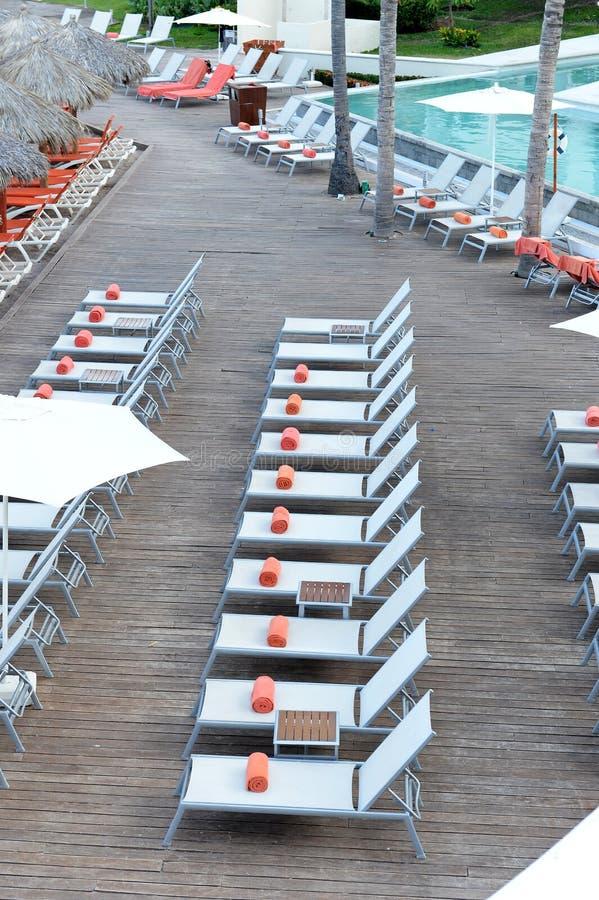 Hotelowi basenu słońca loungers zdjęcie royalty free