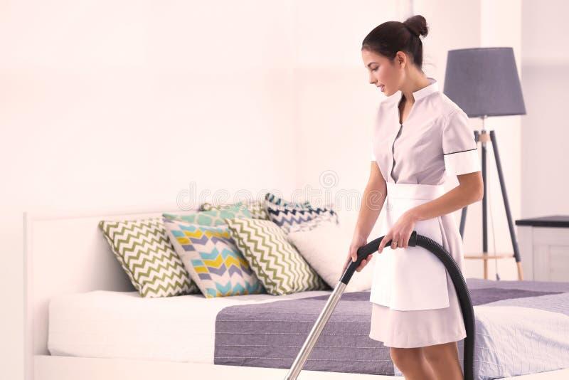 Hotelowy żeński chambermaid z cleaner zdjęcie stock