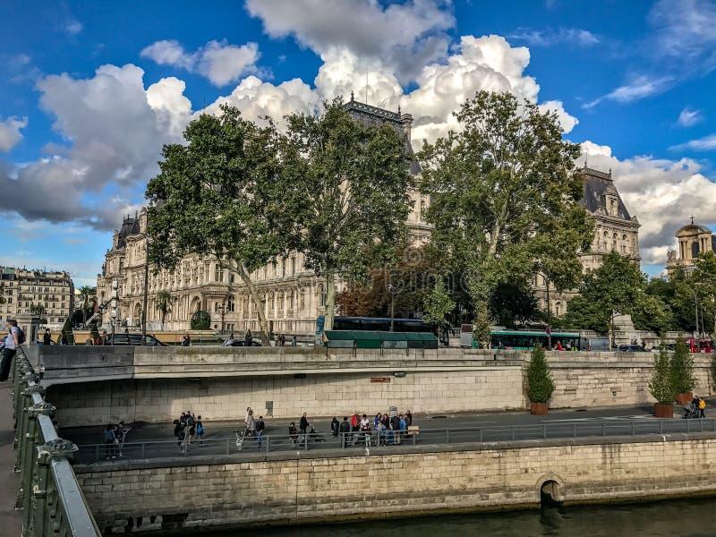 Hotelowy De Ville za obfitolistnymi drzewami, Paryż, bufiasty Wrzesień chmurnieje zdjęcia stock