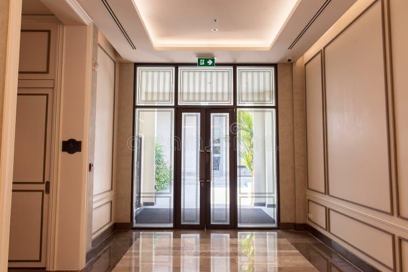 Hotelowy drzwiowy wejściowy nowożytny projekt fotografia stock