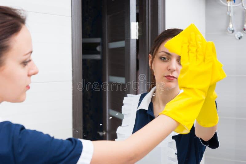 Hotelowy gosposi cleaning łazienki lustro zdjęcia royalty free