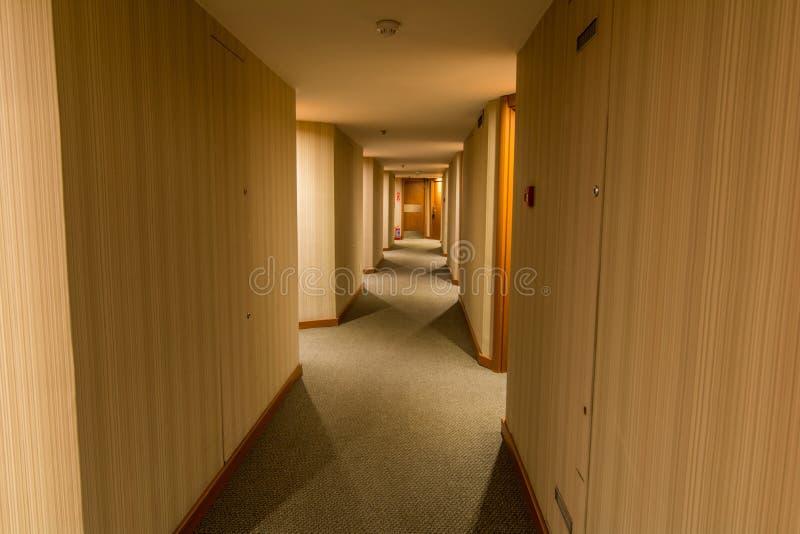 Hotelowy korytarz z drewnianą tekstury ścianą zdjęcie stock