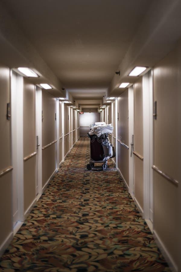 Hotelowy korytarz z furą świezi biali ręczniki zdjęcie stock