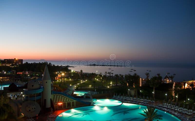hotelowy noc basenu widok obraz stock