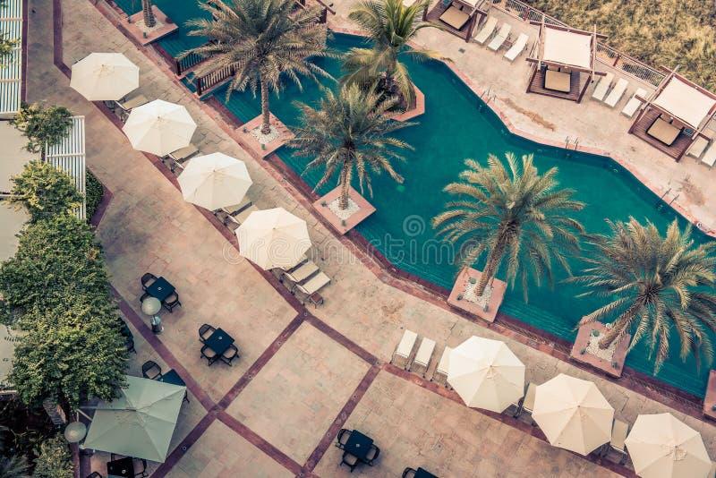 Hotelowy Poolside z Parasols i palmami zdjęcie stock
