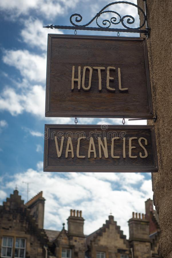 Hotelowy wakat Podpisuje wewnątrz Starego miasteczko Edynburg, Szkocja obraz royalty free