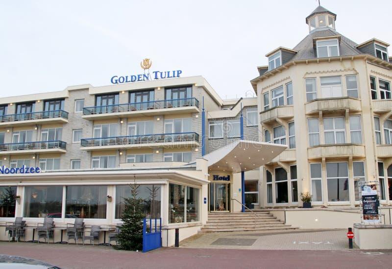 Hotelowy złoty tulipan jako wysokiego społeczeństwa miejsce przy nadmorski w Noordwijk na plażowym deptaku przy morzem północnym zdjęcia royalty free