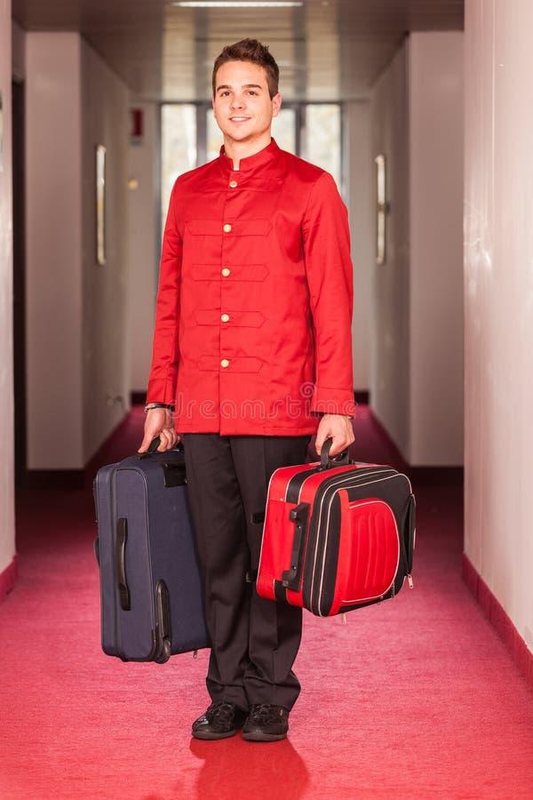 Hotelpage mit Gepäck lizenzfreie stockfotografie