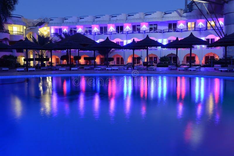 Hotelpool die bij nacht nadenken stock foto
