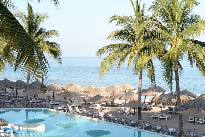 Hotelpool durch Meer stockfotos