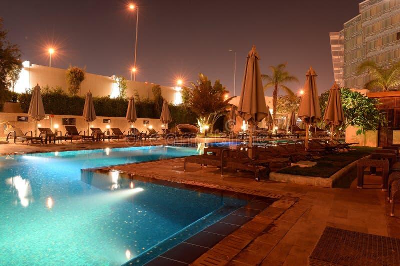 Hotelpool nachts lizenzfreie stockbilder