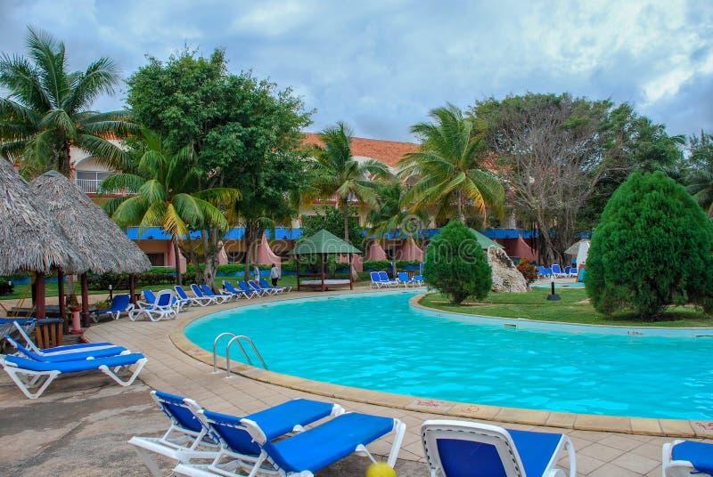 Hotelpool ohne Leute in den Tropen stockfoto