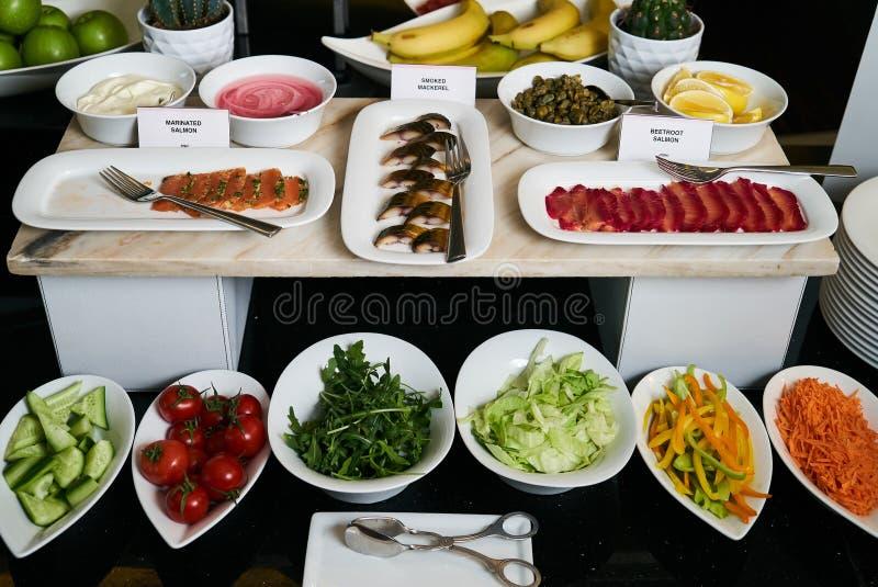 Hotelrestaurantbuffet-Verpflegungstabelle mit vegetarischer Nahrung, Clo lizenzfreie stockfotografie