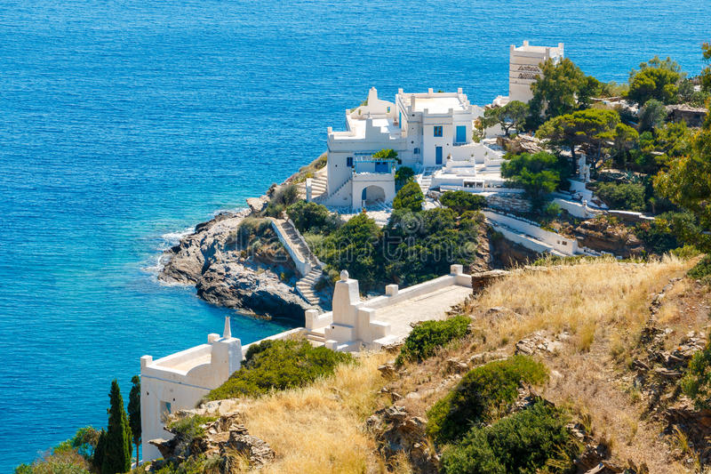 Hotels aan de overzeese kant op Ios eiland, Griekenland stock afbeeldingen
