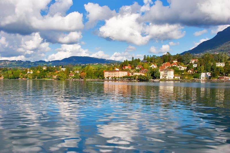 Hotels auf Küste von See. lizenzfreie stockfotografie