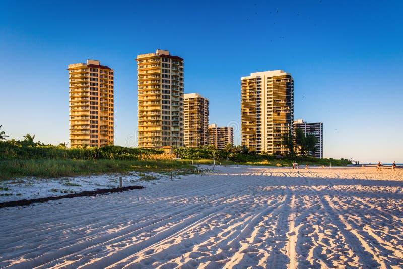 Hotels en flatgebouw met koopflatstorens op het strand in Zanger Island, Florida royalty-vrije stock foto's
