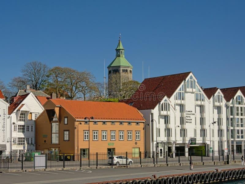 Hotels en restaurants met historische watchtower van Valberg erachter in Stavanger van de binnenstad, Noorwegen royalty-vrije stock afbeelding