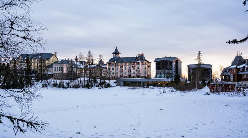 Hotels in Strbske-pleso, Hoge Tatras, Slowaakse republiek, zonsondergangsc royalty-vrije stock fotografie