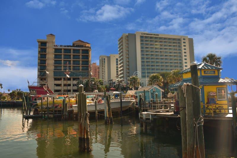 Hotels und Ausflugboote im Pier 60 Bereich lizenzfreie stockfotos