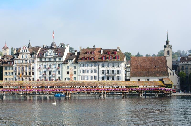 Hotels zeichnen die Bank des Reuss-Flusses lizenzfreies stockbild