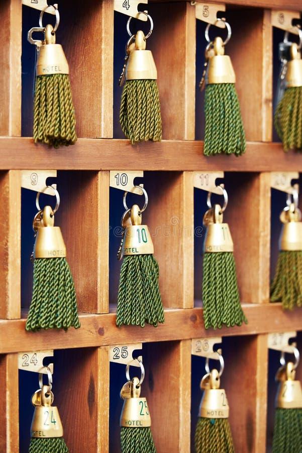 Hotelschlüssel an Aufnahmeschreibtisch counte stockfoto