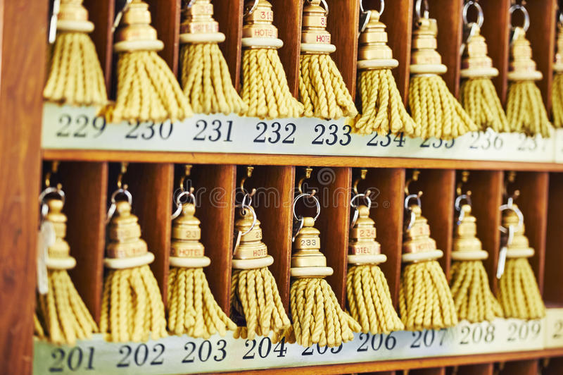 Hotelschlüssel am Aufnahmeschreibtischzähler stockbilder