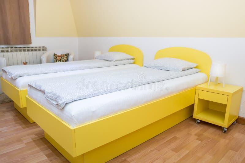 Hotelschlafzimmer mit zwei Einzelbetten lizenzfreies stockbild