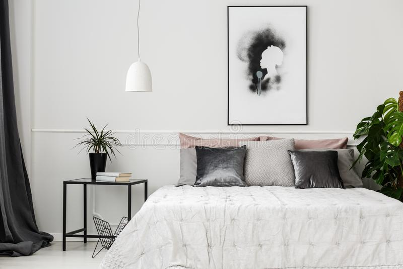 Hotelslaapkamer met installaties royalty-vrije stock foto