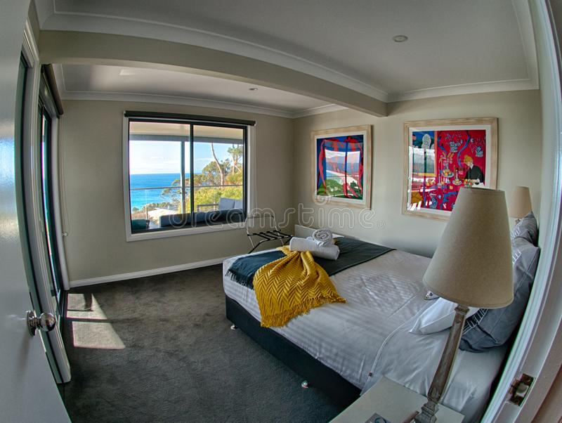Hotelslaapkamer met overzeese mening royalty-vrije stock foto's