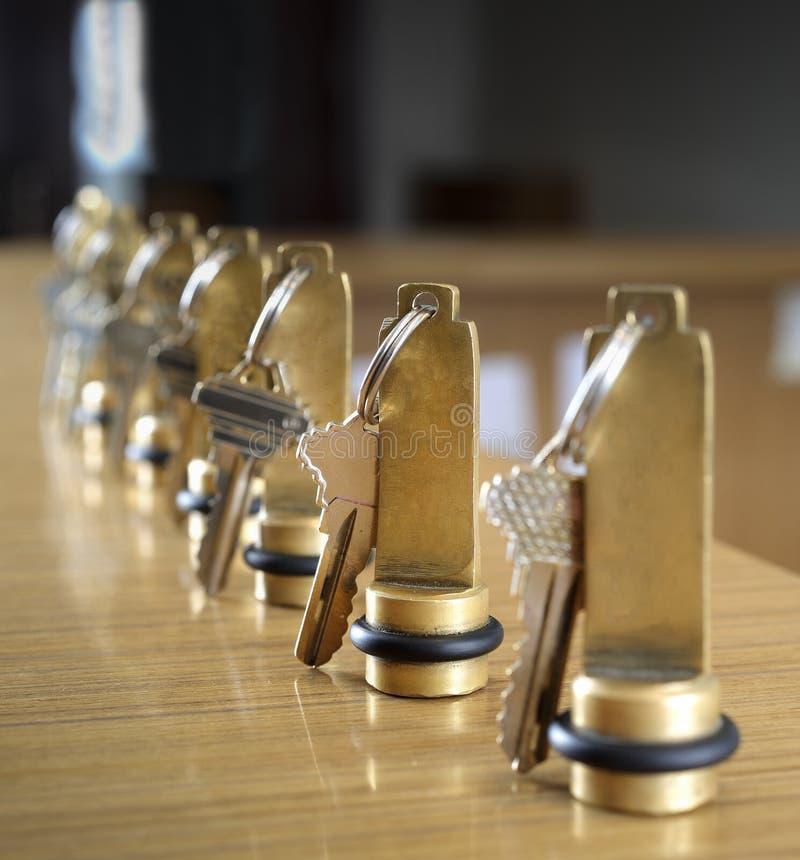 Hotelsleutels op het ontvangstbureau royalty-vrije stock fotografie