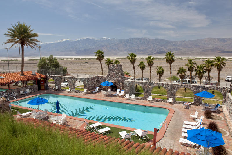 HotelSwimmingpool und Wüste lizenzfreies stockfoto
