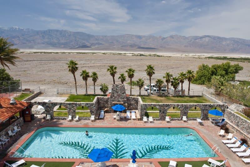 HotelSwimmingpool und Wüste stockfoto
