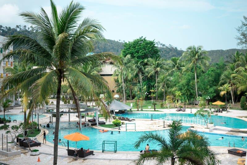 Hoteltoevlucht en zwembadgebied in waterkant Batam, Indonesië, 4 Mei, 2019 royalty-vrije stock afbeeldingen