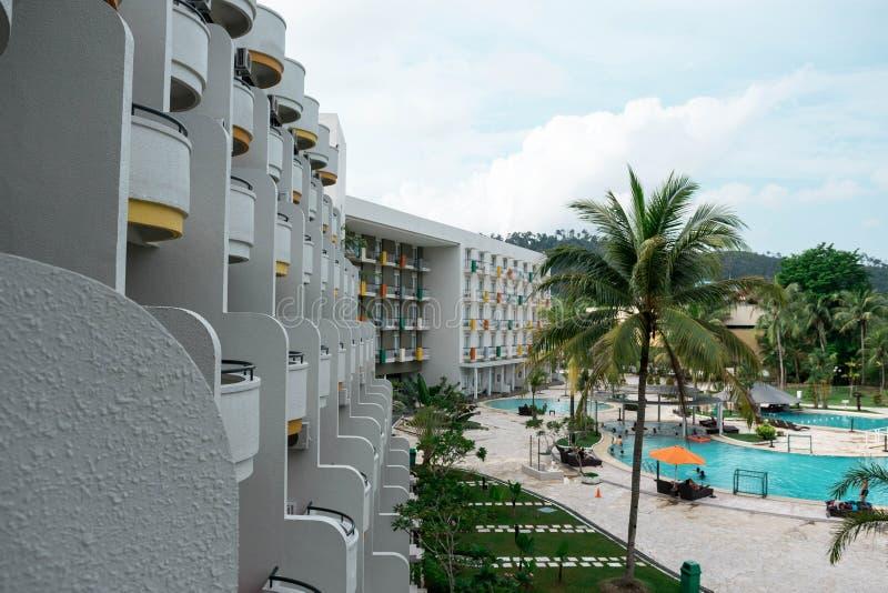 Hoteltoevlucht en zwembadgebied in waterkant Batam, Indonesi?, 4 Mei, 2019 stock afbeeldingen