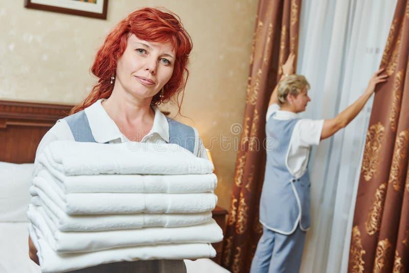 Hotelu personel przy izbowym cleaning i housekeeping obrazy royalty free