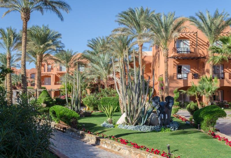 Hotelvoorgevel in Egypte op het toevluchtgebied van Hurghada, Makadi-Baai stock afbeelding