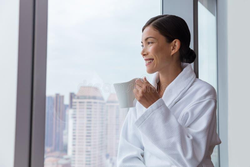 Hotelvrouw het drinken ochtendkoffie het ontspannen stock afbeeldingen