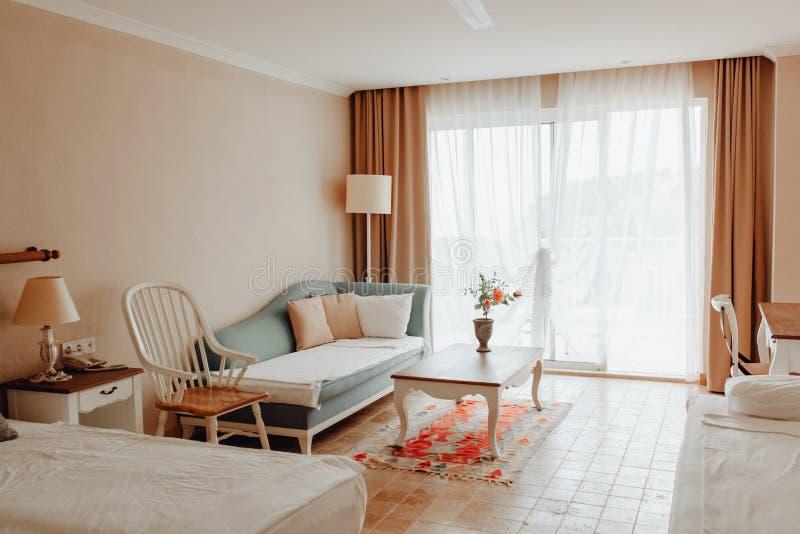 Hotelzaal Eenvoudig Binnenlands Ontwerp Eigentijds Bed stock foto