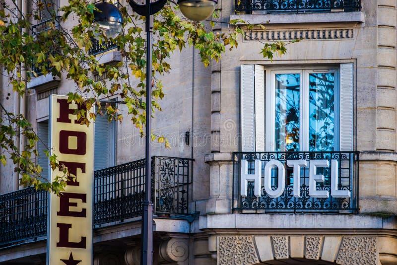 Hotelzeichen auf Gebäude stockfotografie