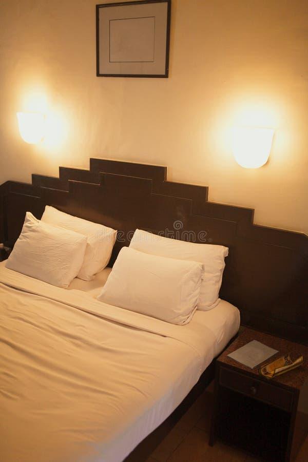 Hotelzimmer mit König sortiertem Bett stockbild