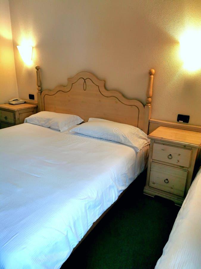 Hotelzimmer mit Nachttischen und Telefon stockfoto