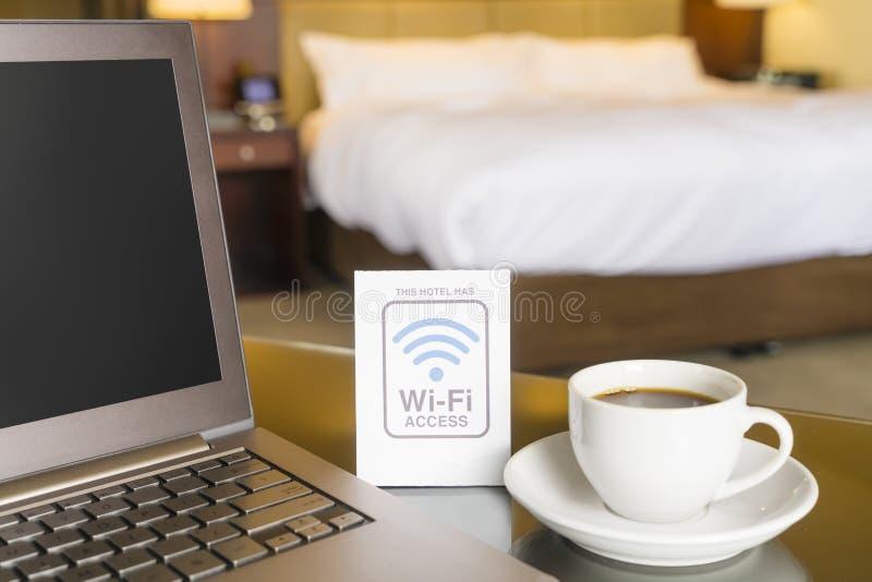 Hotelzimmer mit wifi Zugangszeichen stockbild