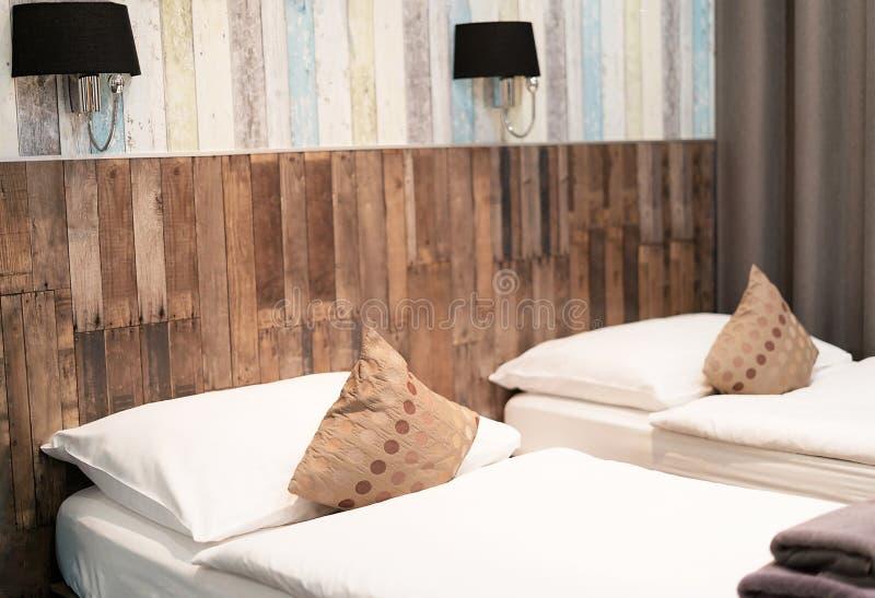 Hotelzimmer mit zwei Betten nachts lizenzfreies stockbild