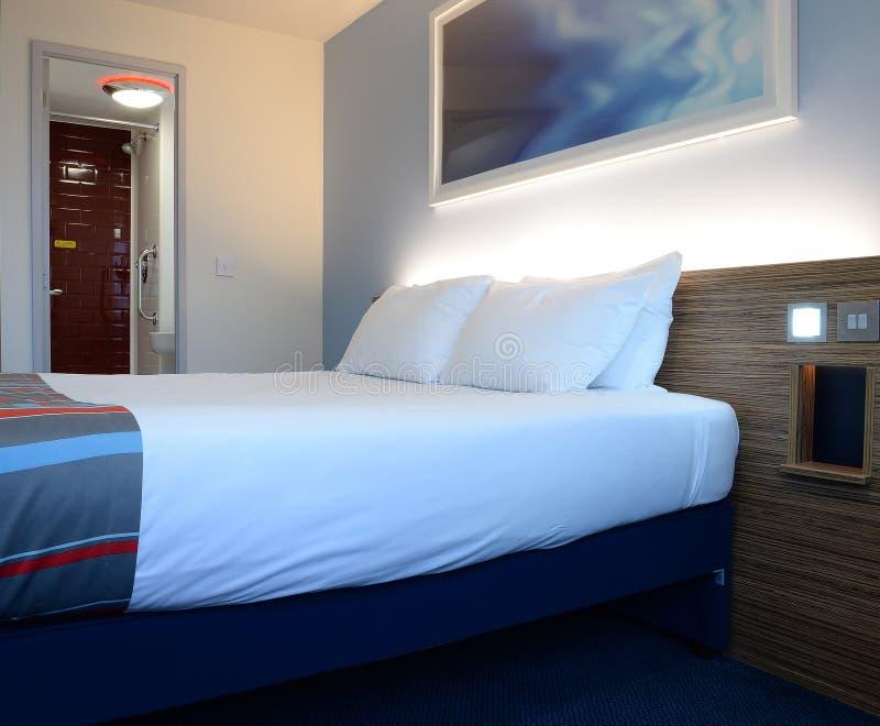 Hotelzimmer und Bett stockfoto