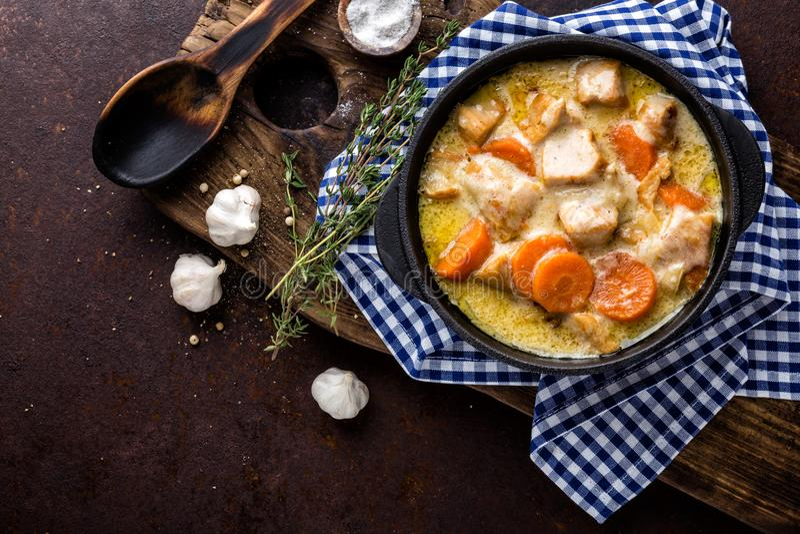 Hotpot, gulaszu mięso z warzywami w żeliwnym garnku zdjęcie stock