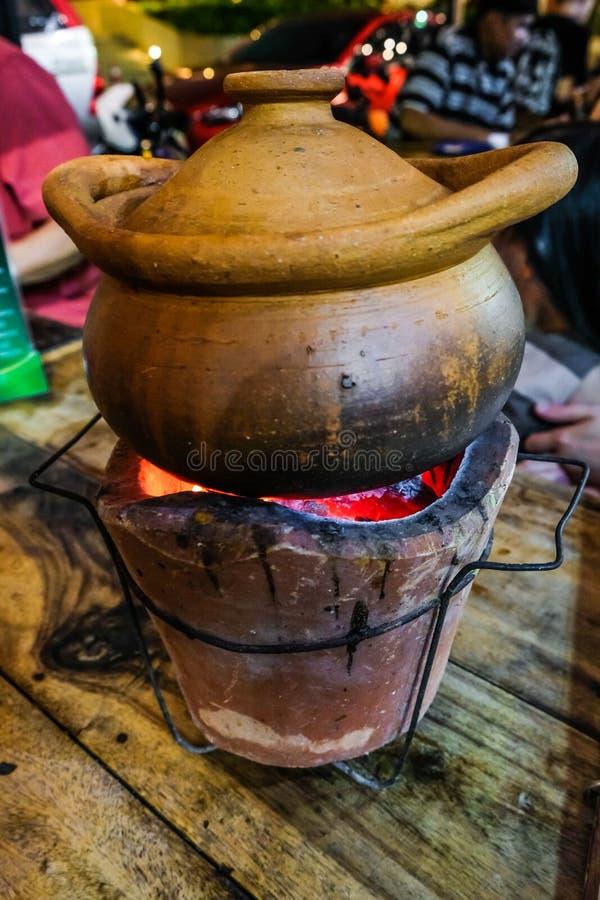 Hotpot tailandês em um mercado da noite do alimento da rua de Clay Pot On Charcoal Fire em Banguecoque, Tailândia 3Sudeste Asiáti fotografia de stock