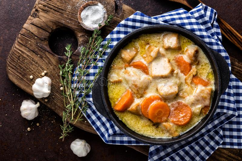 Hotpot, viande de ragoût avec des légumes dans un pot de fonte image libre de droits