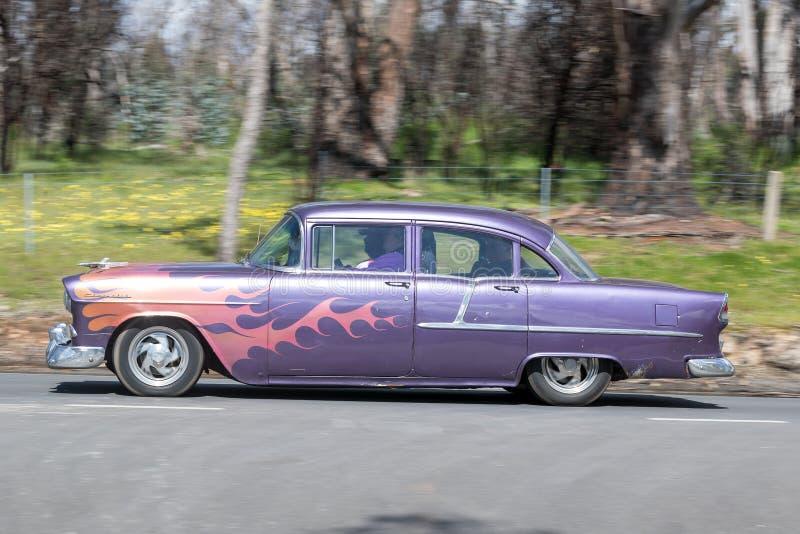 Hotrod d'annata che guida sulla strada campestre fotografia stock