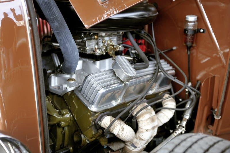 Hotrod Ford 1936 avec un moteur de V8 sur un stationnement images stock